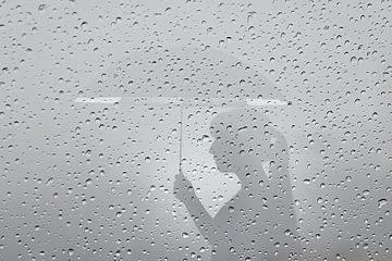 silueta chica con paraguas lloviendo
